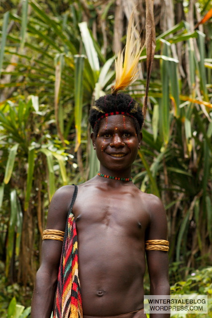 Favoured decorative element are bird of paradise feathers and cassowary feathers, commonly worn protuding from the hair or hat.